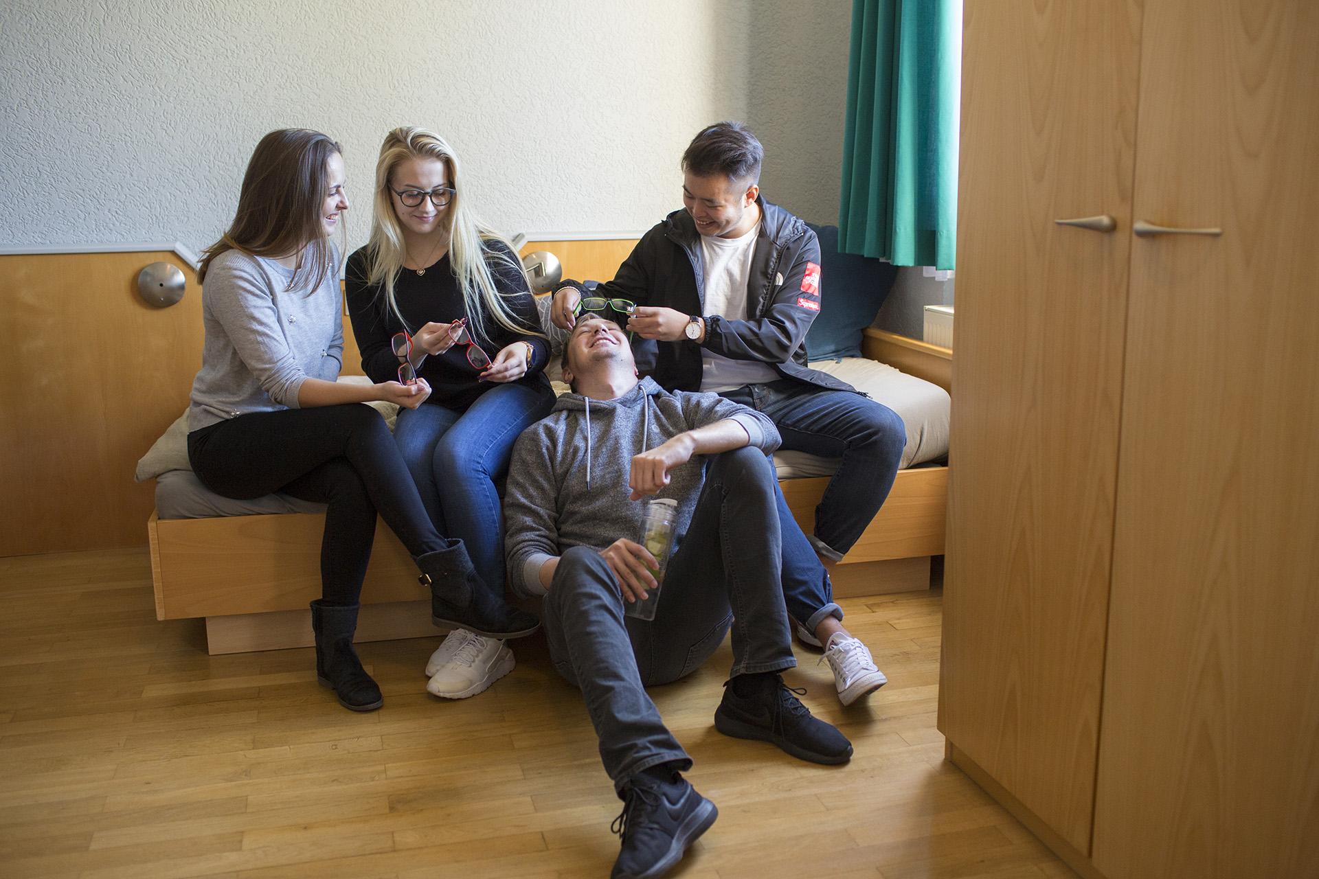 Schüler im Wohnraum