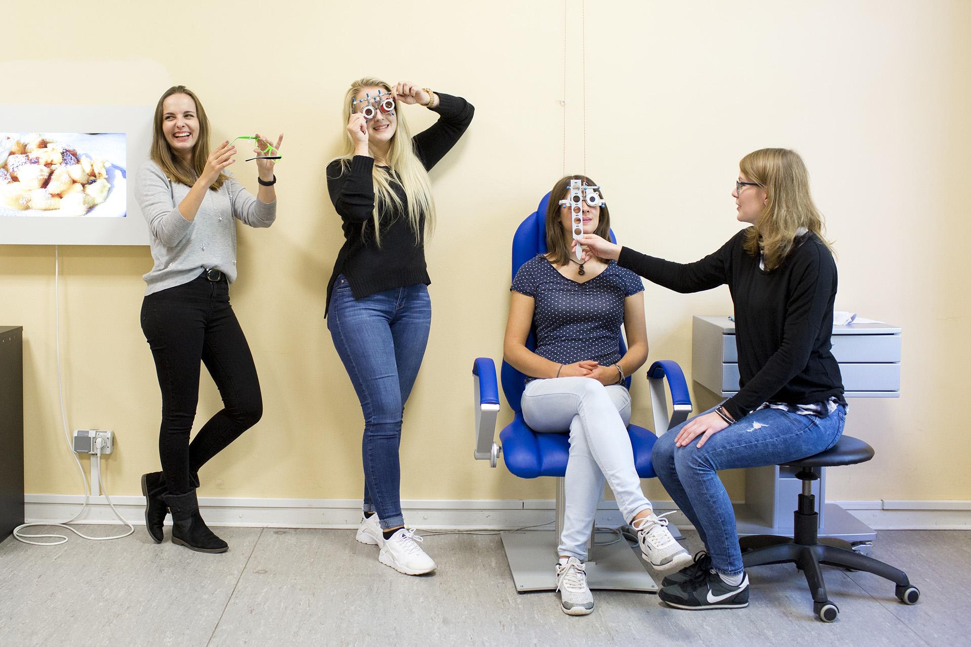 Optikerwerkzeuge an Personen